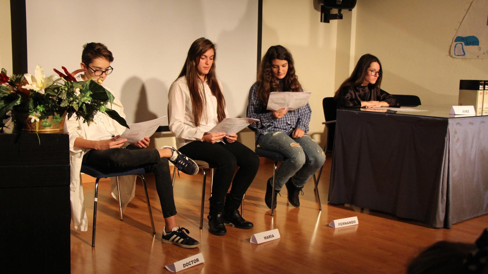 Un moment de la lectura dramatitzada de l'obra 'El diccionario', representada per alumnes d'ESO del col·legi María Moliner. / L. M. (ANA)