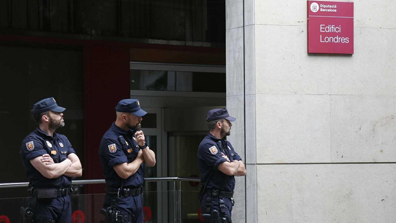Agents de la Policia Nacional a l'entrada de la seu de la Diputació de Barcelona al carrer Londres de Barcelona