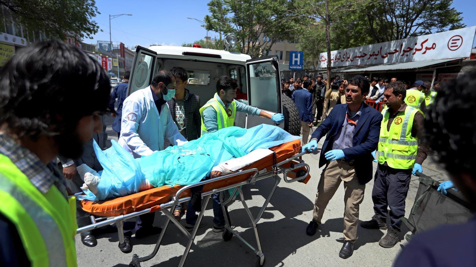 Els serveis d'emergències socorren les víctimes de l'atemptat d'Estat Islàmic a Kabul