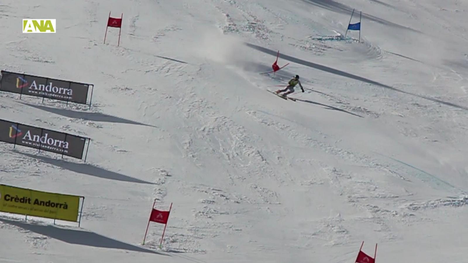 L'esquiador andorrà Xavier Salvadores durant el seu descens a la primera mànega a l'eslàlom gegant masculí. / C.G.