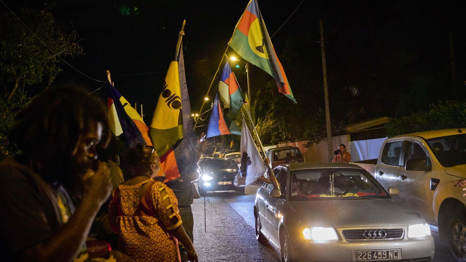 Partidaris a la independència exhibint banderes novacaledònies després de conèixer els resultats del referèndum / THEO ROUBY / AFP