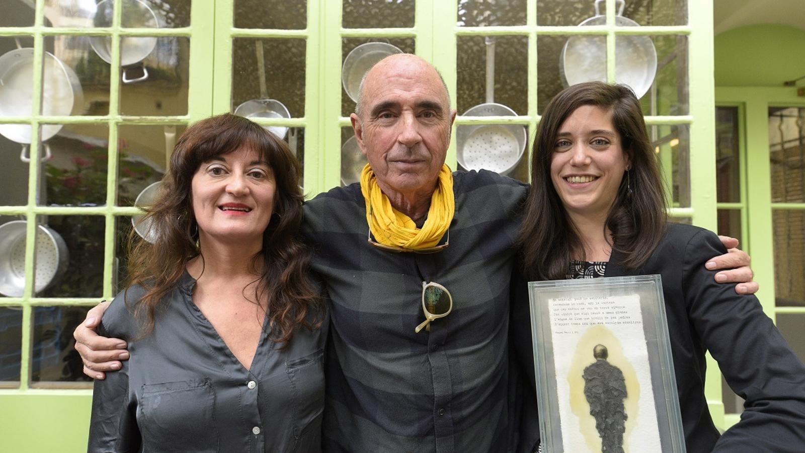 Rosa Maria Arrazola, Lluís Llach i Clàudia Cabero amb el premi Miquel Martí i Pol a la millor poesia musicada