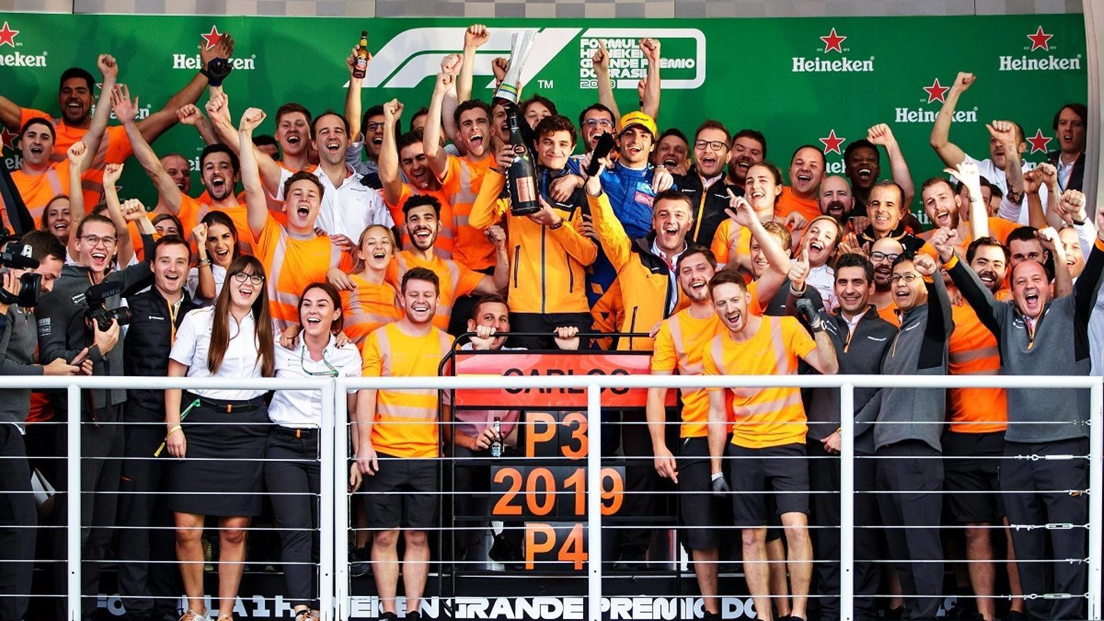 Tres hores després de veure la bandera a quadres, Carlos Sainz va pujar amb el seu equip al podi d'Interlagos