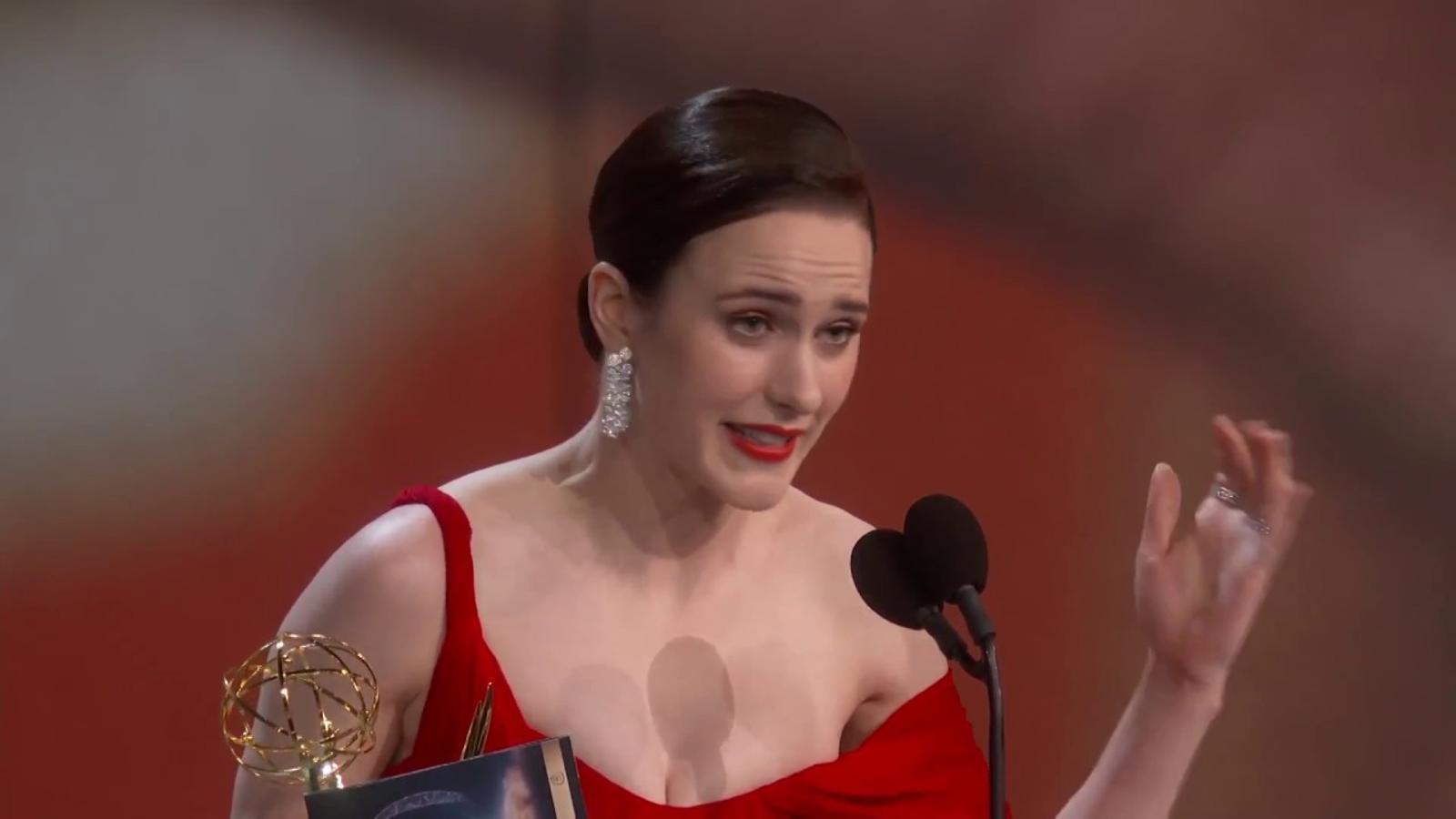 Rachel Brosnahan recollint el premis a millor actriu protagonista per 'The marvelous Mrs. Maisel'