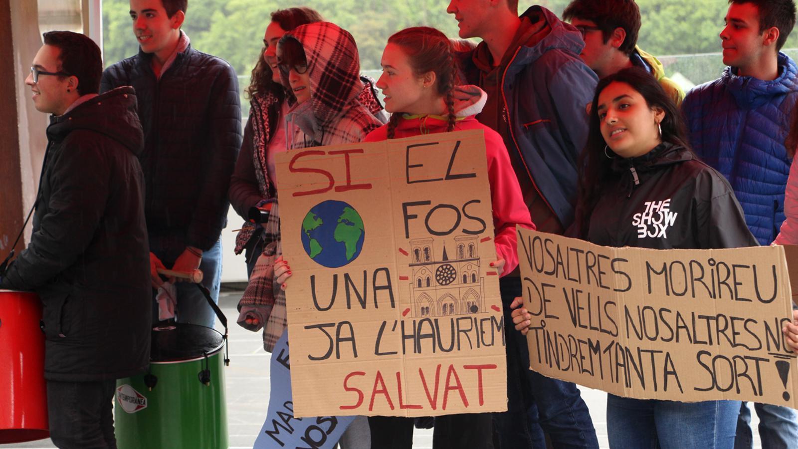 Els joves del moviments Fridays for Future es reivindiquen davant del Consell General. / M. P. (ANA)