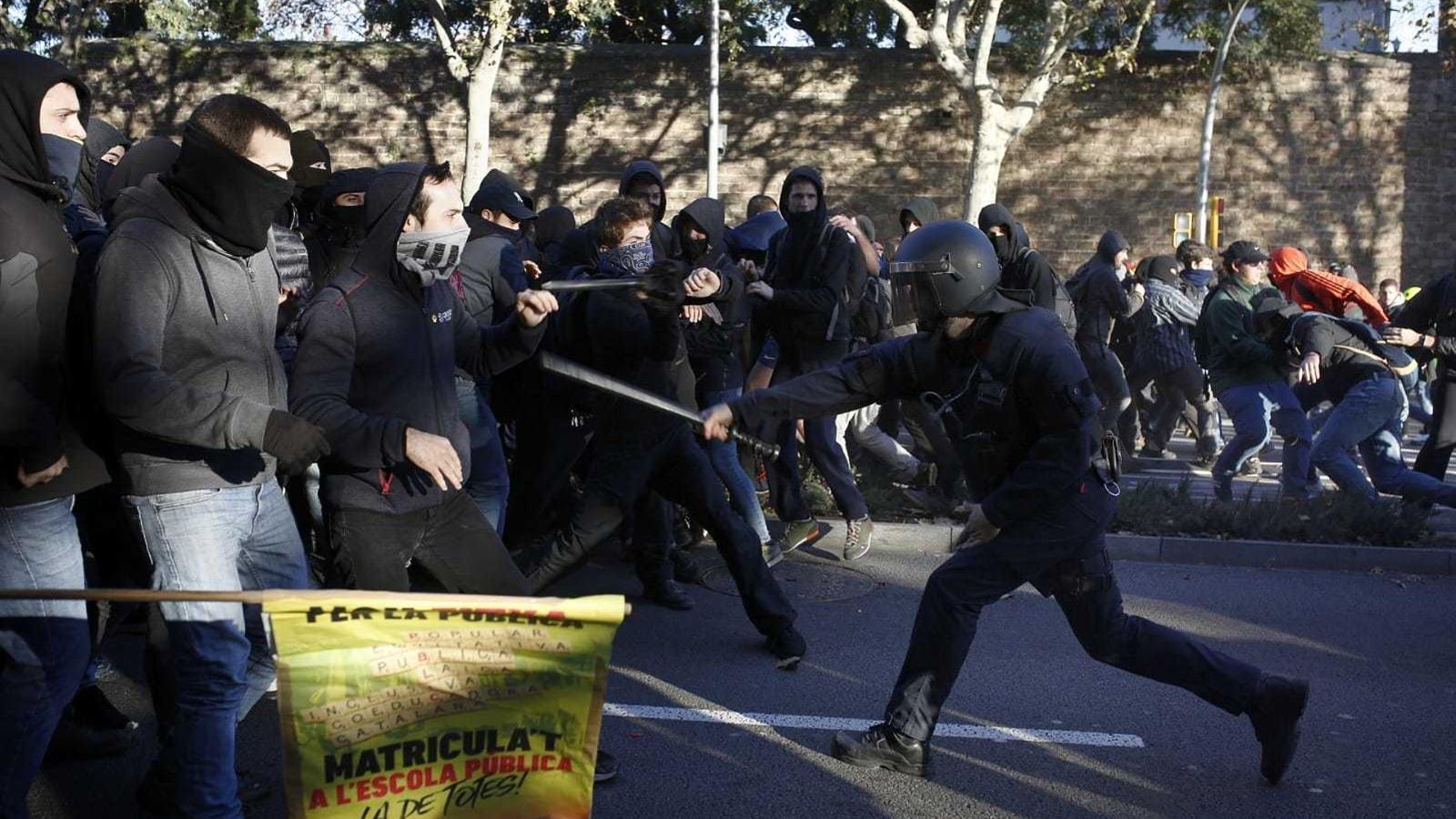 Tretze detinguts pels enfrontaments entre manifestants i mossos d'esquadra