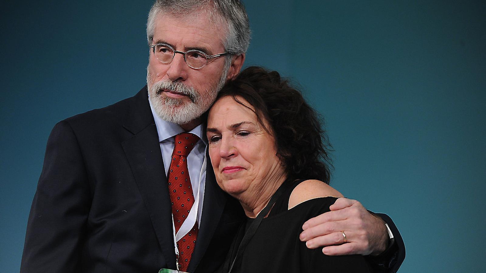 Gerry Adams, cap del Sinn Féin, amb Bernie, la vídua de l'altre històric líder, Martin McGuinness.