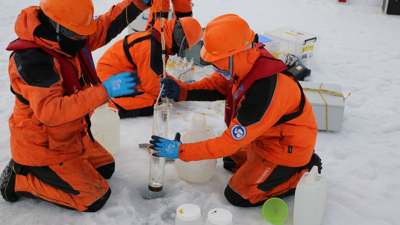 Científics xinesos prenent mesures al gel