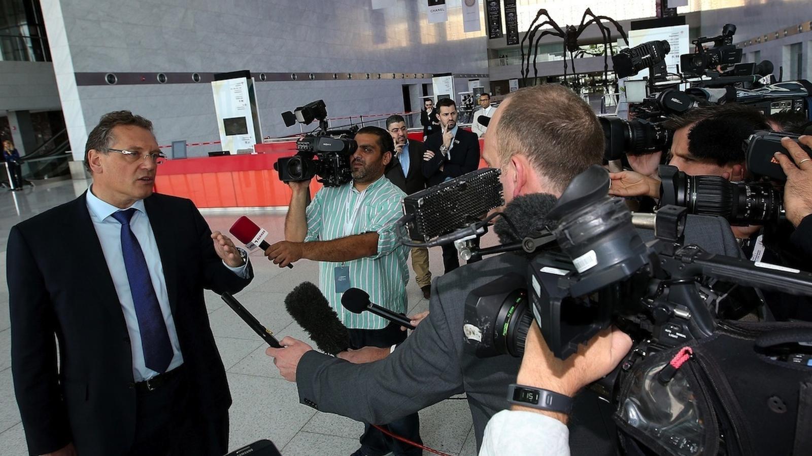 El secretari general de la FIFA Jerome Valcke parla amb la premsa a Doha / AFP PHOTO