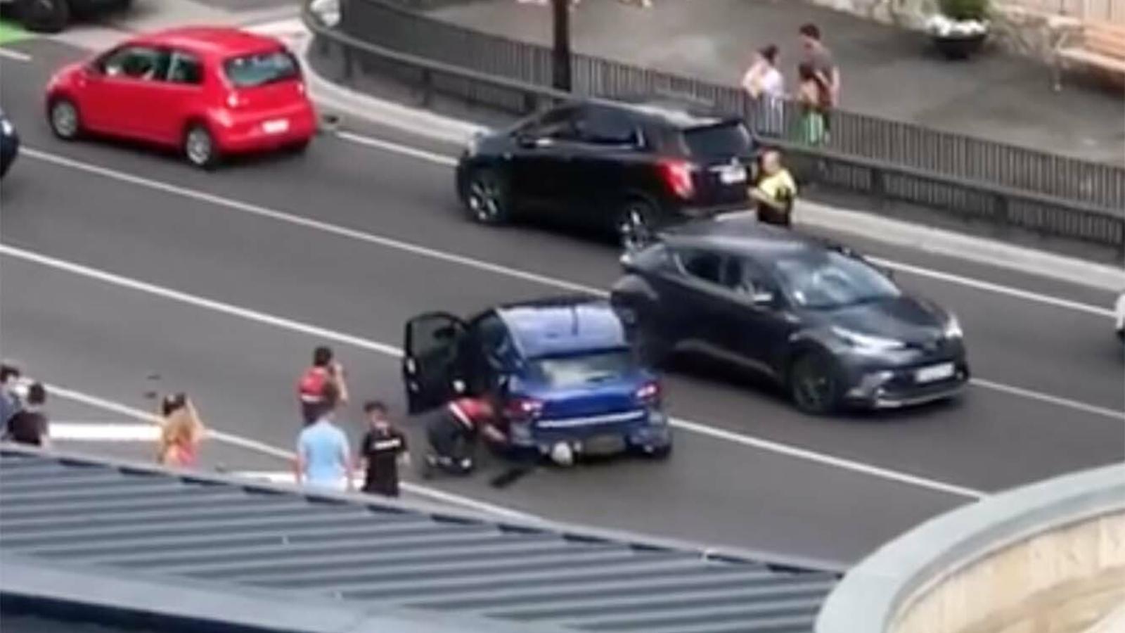 Imatge de l'accident que es va produir diumenge davant l'Estadi Comunal. / A. T. (ANA)