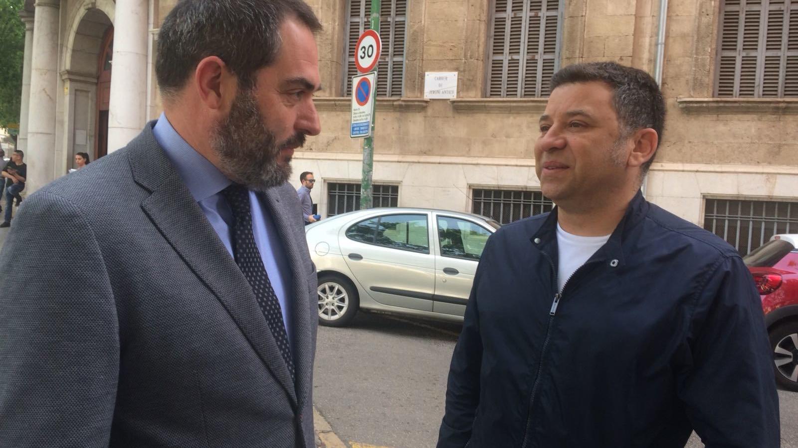 Josep De Luis, advocat, amb Miquel Angel Mayol, a la sortida dels jutjats