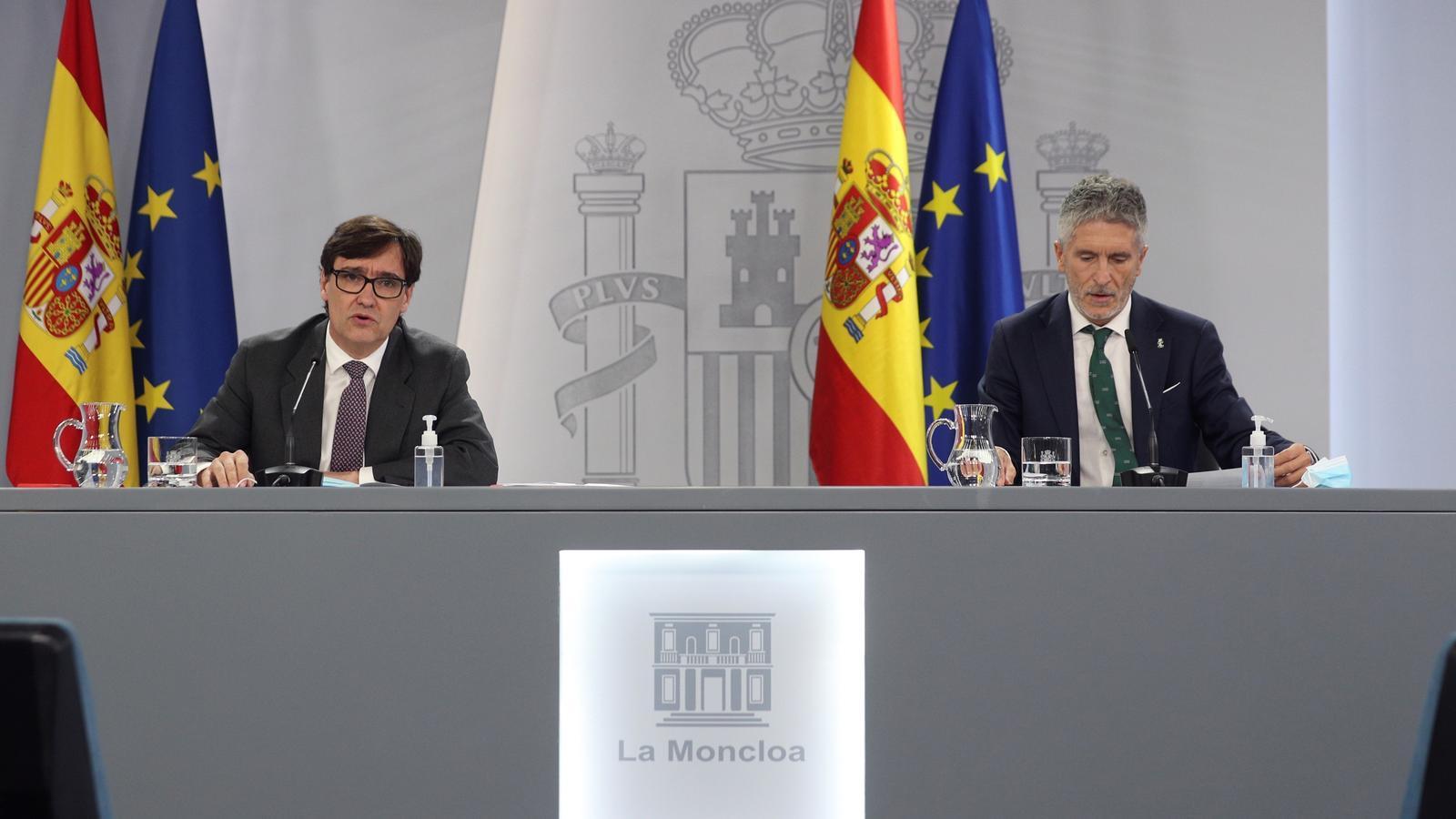 El ministre de Sanitat, Salvador Illa, i el de l'Interior, Fernando Grande-Marlaska, en roda de premsa després que el consell de ministres hagi aprovat l'aplicació de l'estat d'alarma a Madrid.