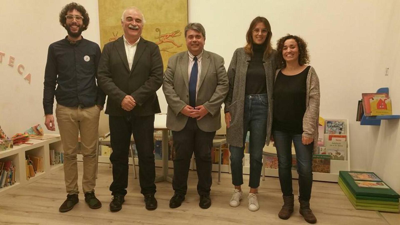 Joana Maria Comas i Manel Suárez amb els responsables de l'Ajuntament de sa Pobla i de l'editorial Lleonart Muntaner