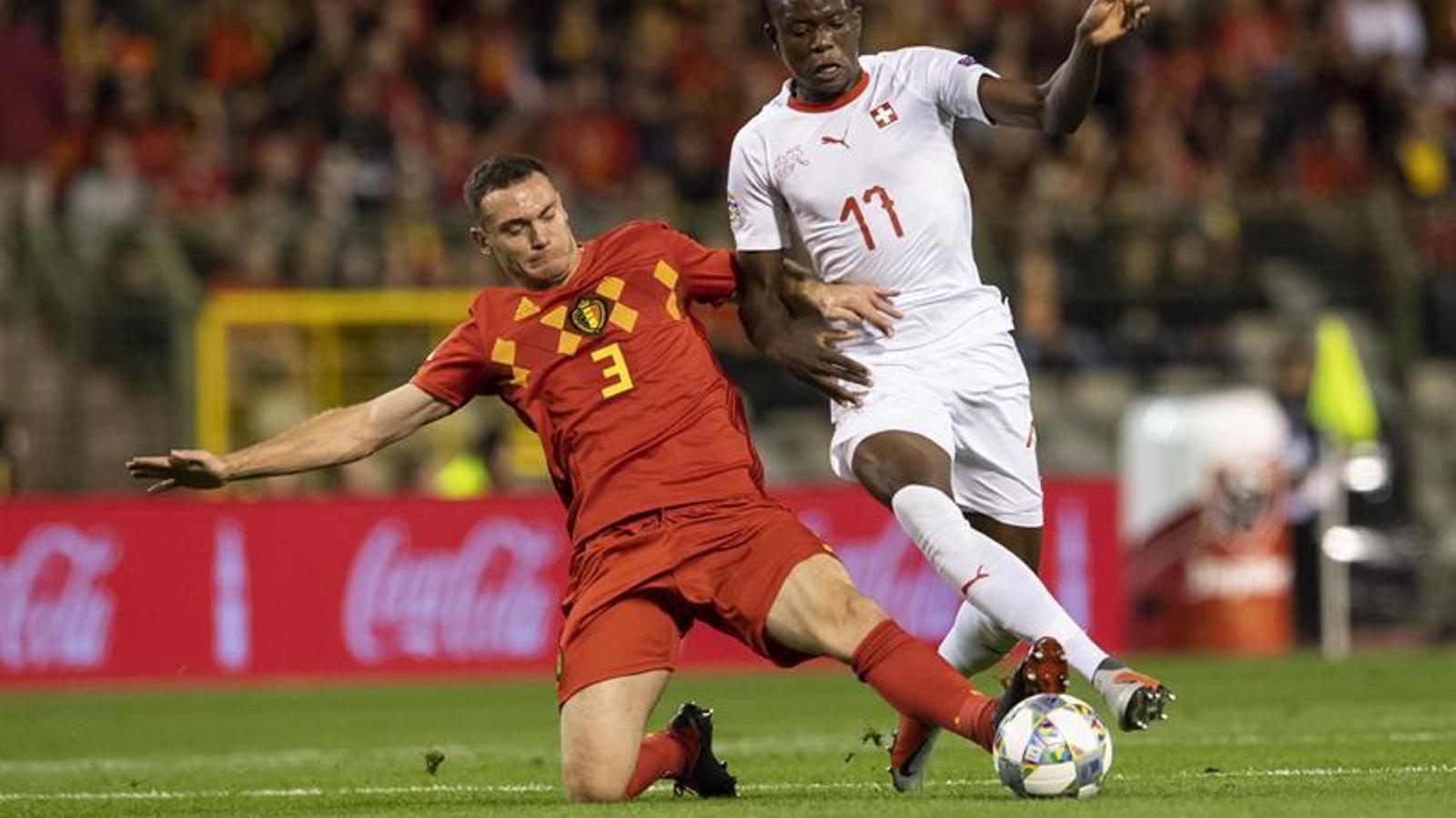 Vermaelen, llançant-se al terra durant el partit entre Bèlgica i Suïssa