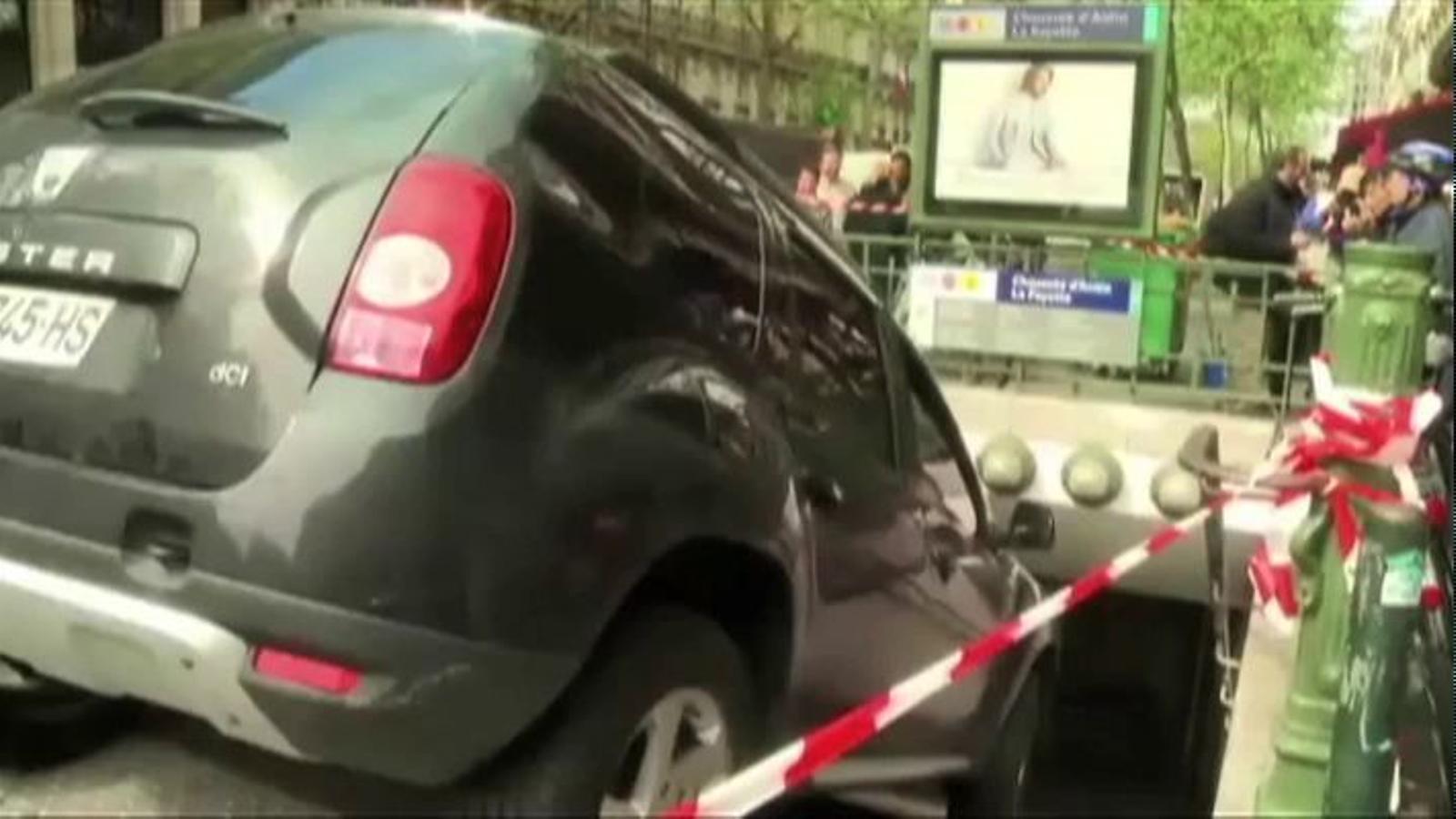Un conductor estavella el seu cotxe en unes escales del metro de París