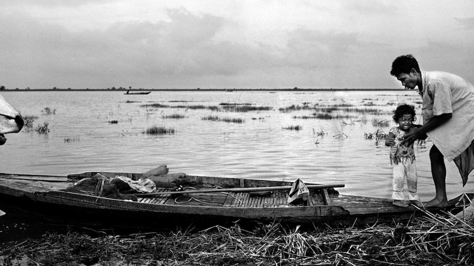 L'augment del cabal del riu Mekong durant el monsó inunda els camps d'arròs com els de la fotografia a Battambang, Cambodja
