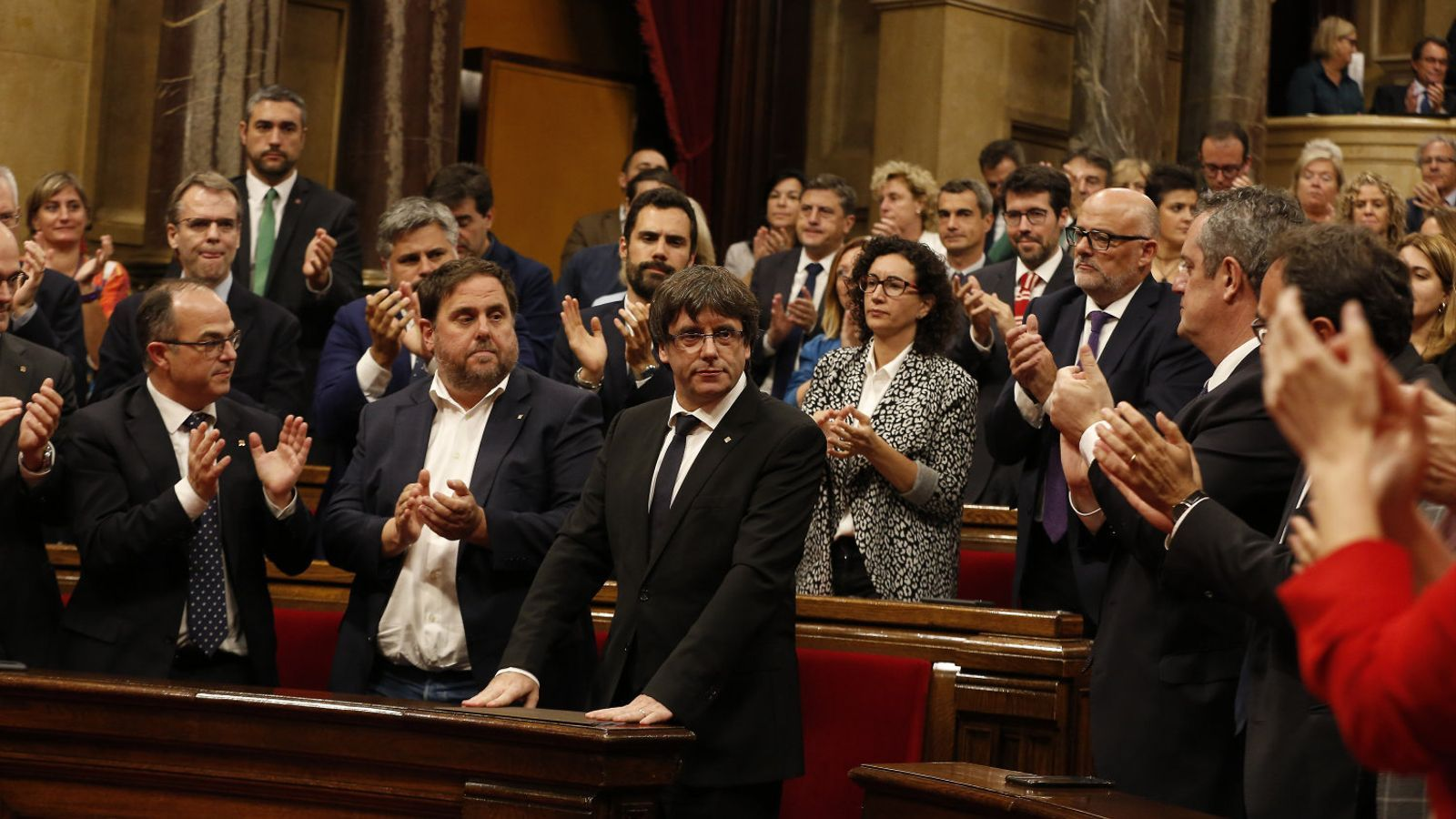 El president Carles Puigdemont ahir al ple del Parlament, aplaudit pel grup de Junts pel Sí.