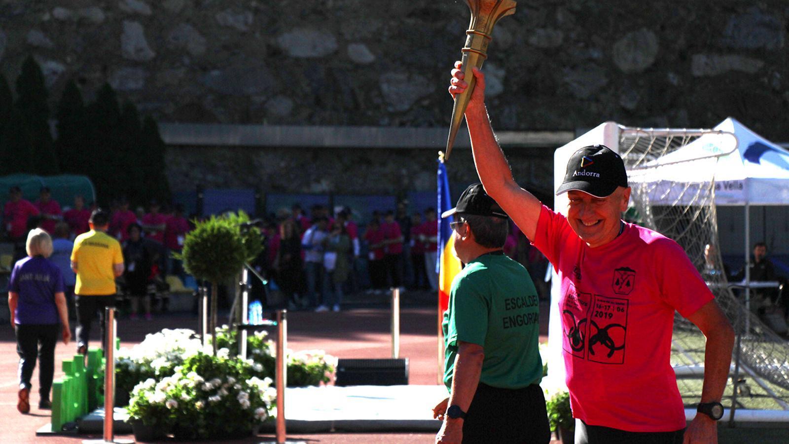 Un participant d'Andorra la Vella porta la torxa. / M. M. (ANA)