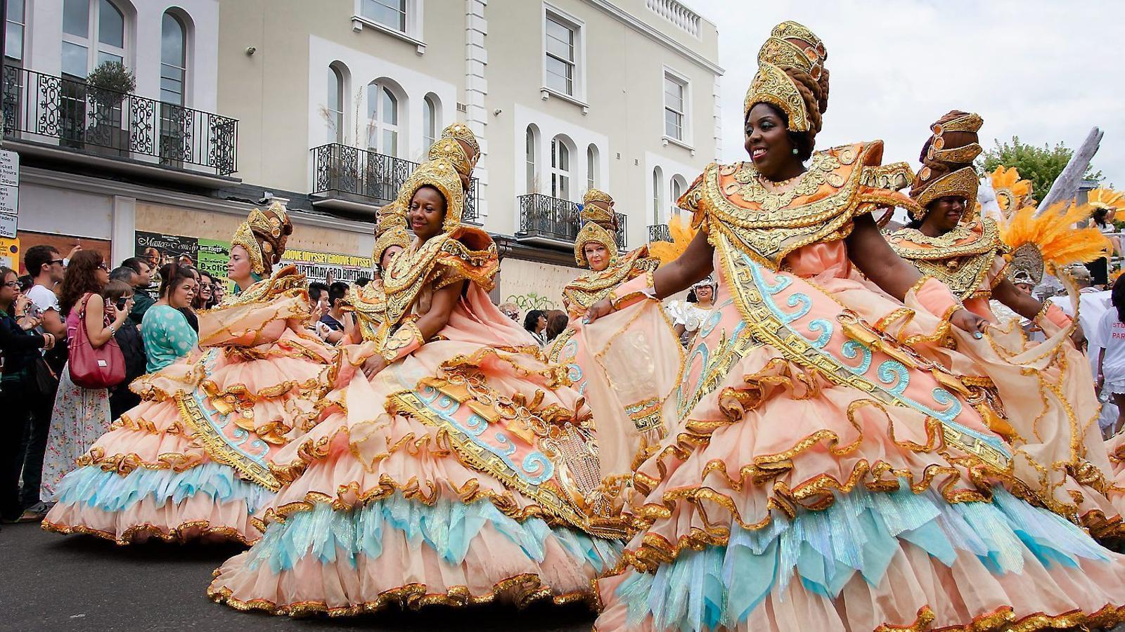 Imatges de diversos anys del Carnaval de Notting Hill (Londres), que se celebra des del 1966. Actualment acull dos milions de persones i s'hi exhibeixen més de 15.000 vestits i disfresses.
