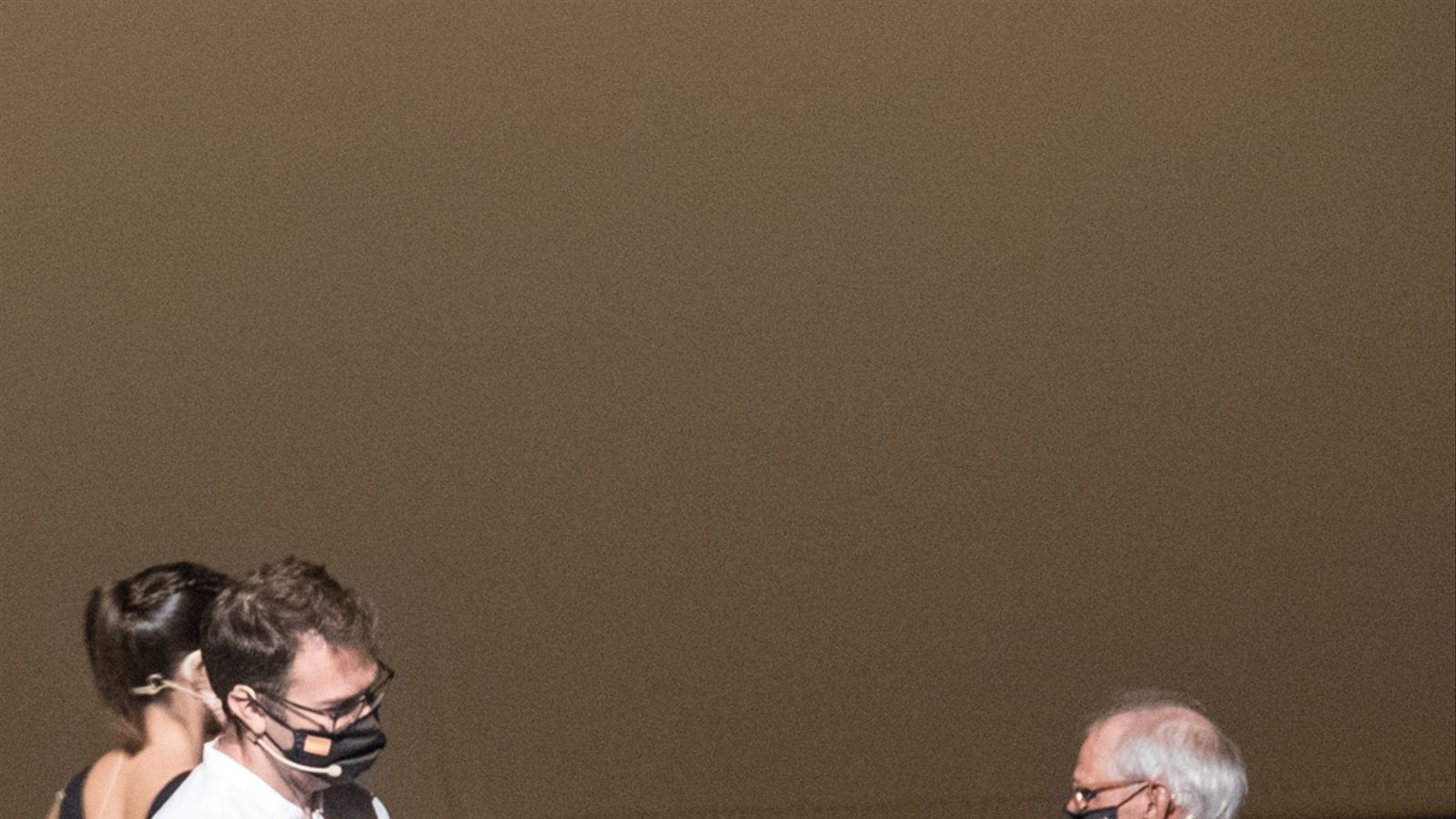 El batlle de Manacor, Miquel Oliver, fent entrega del premi a Biel Majoral./ AJUNTAMENT DE MANACOR
