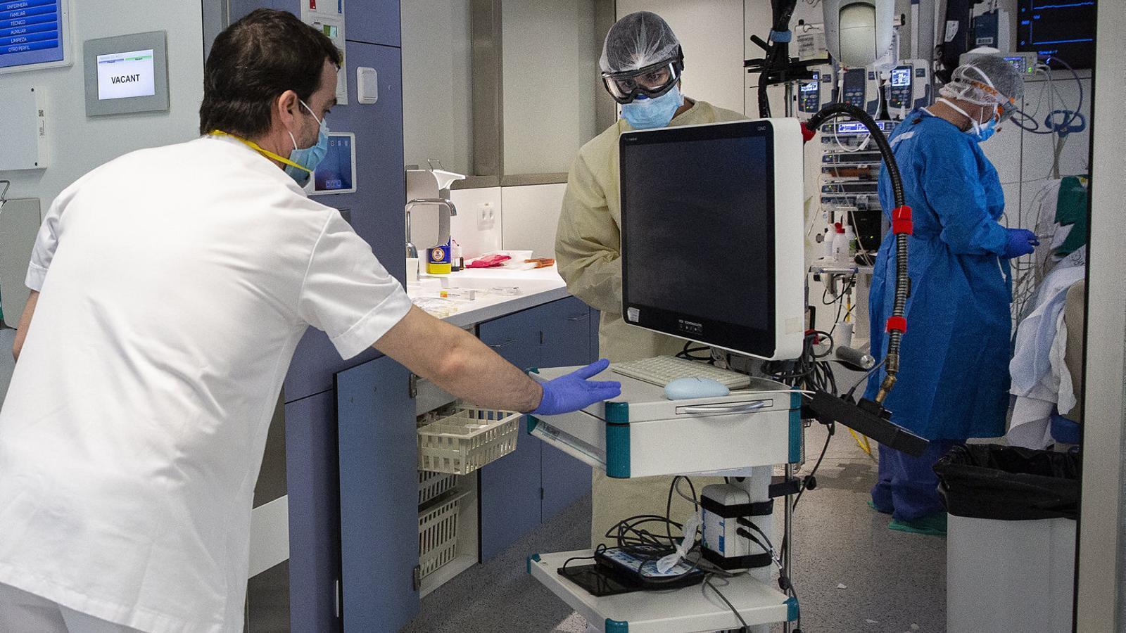 L'UCI de la planta 4 de l'Hospital Clínic de Barcelona, dimecres al migdia en plena activitat.