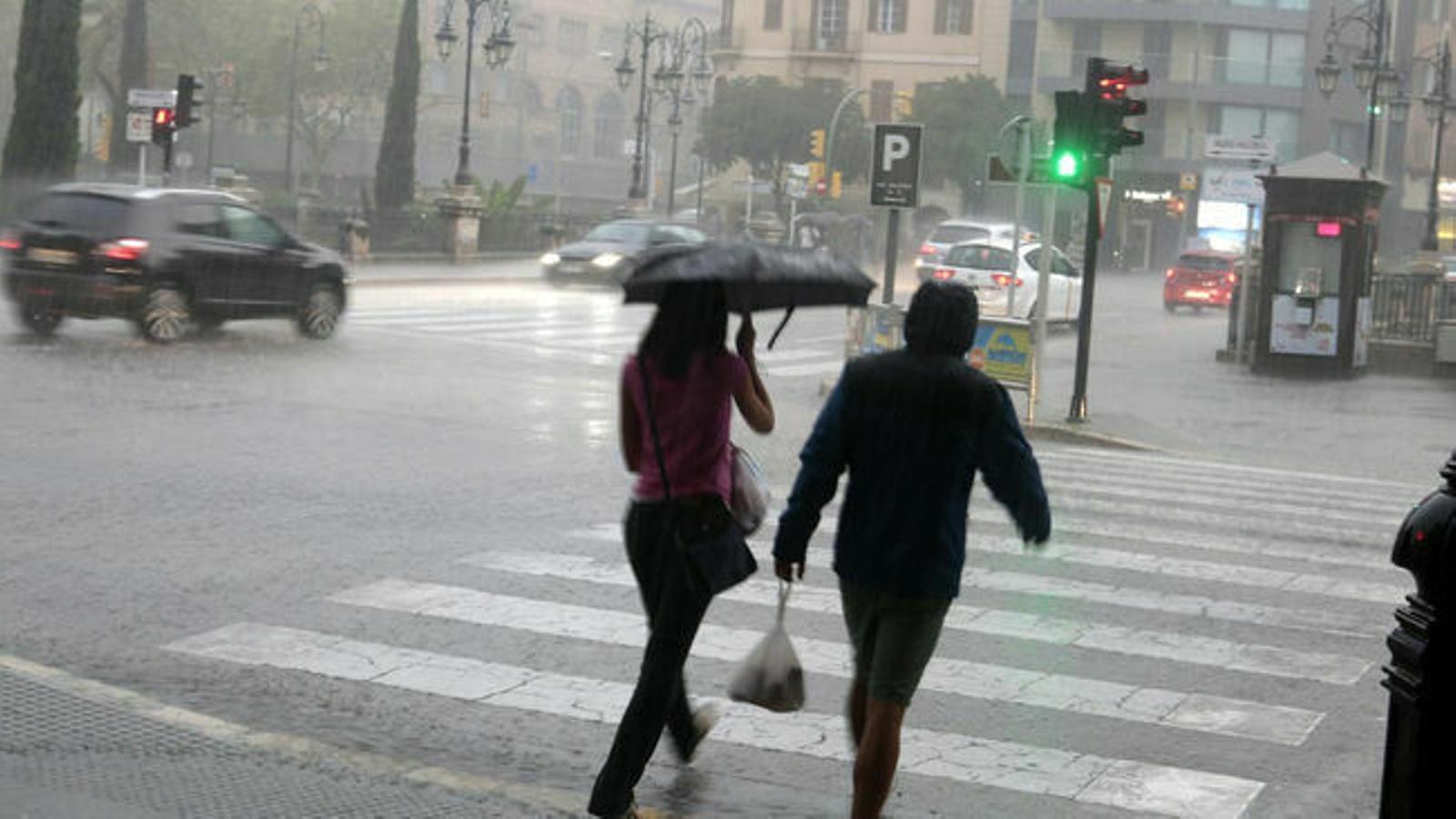 La previsió meteorològica pronostica fortes tempestes. / ENRIQUE CALVO