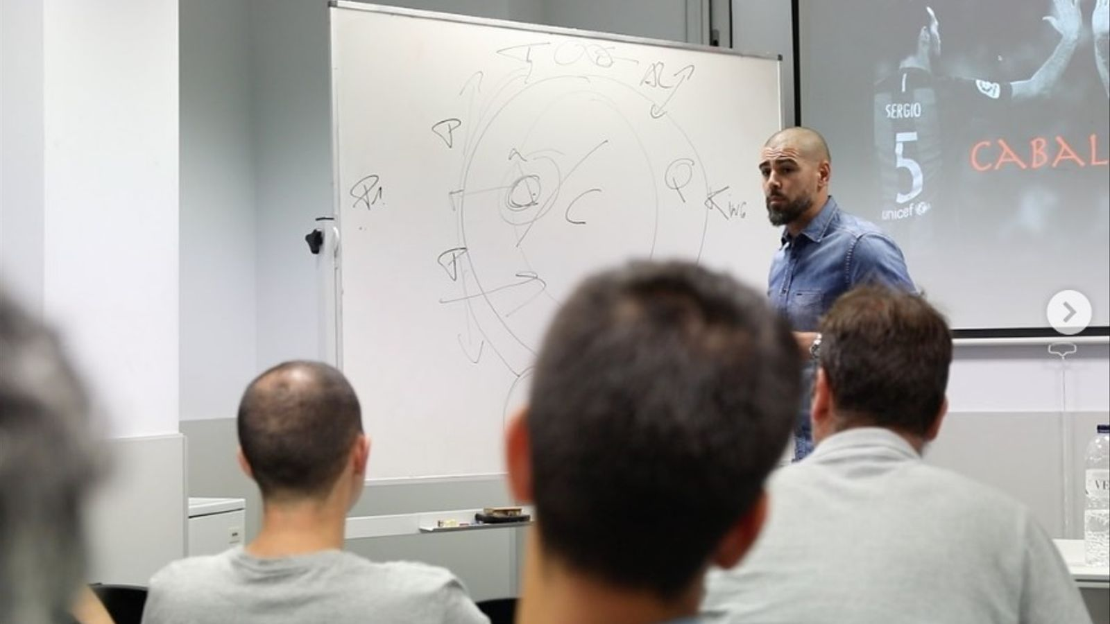 Víctor Valdés, durant la ponència al curs professional de la FCF a Cornellà