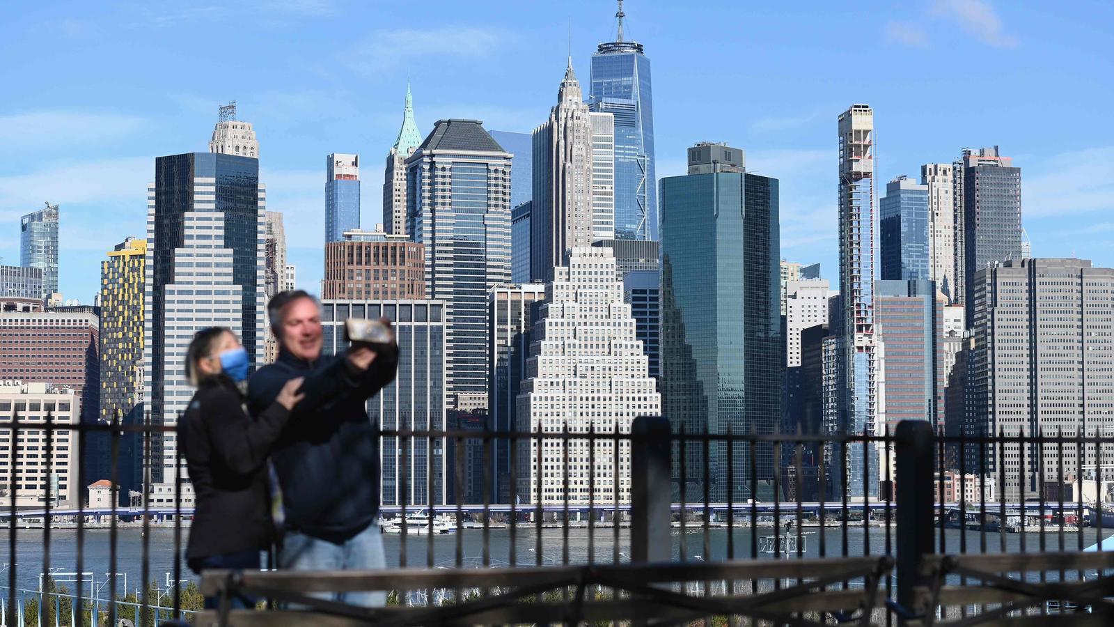 Dues persones es fan una selfie a Manhattan, malgrat l'expansió de la pandèmia a Nova York