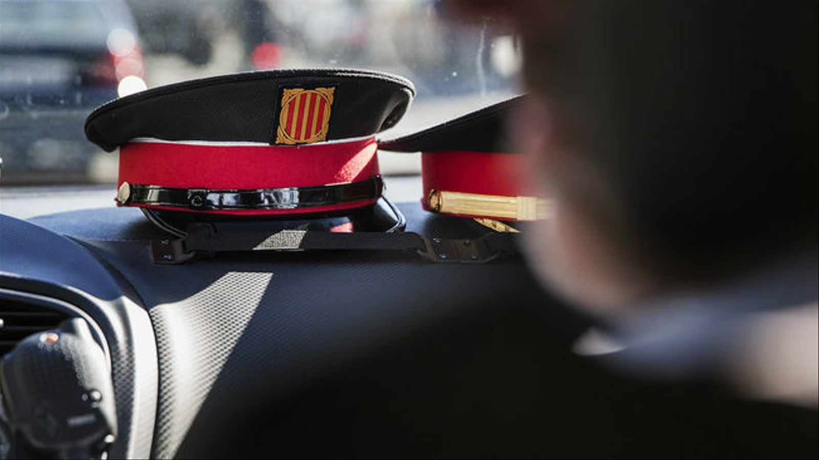 Una gorra de Mossos d'Esquadra dins d'un cotxe patrulla