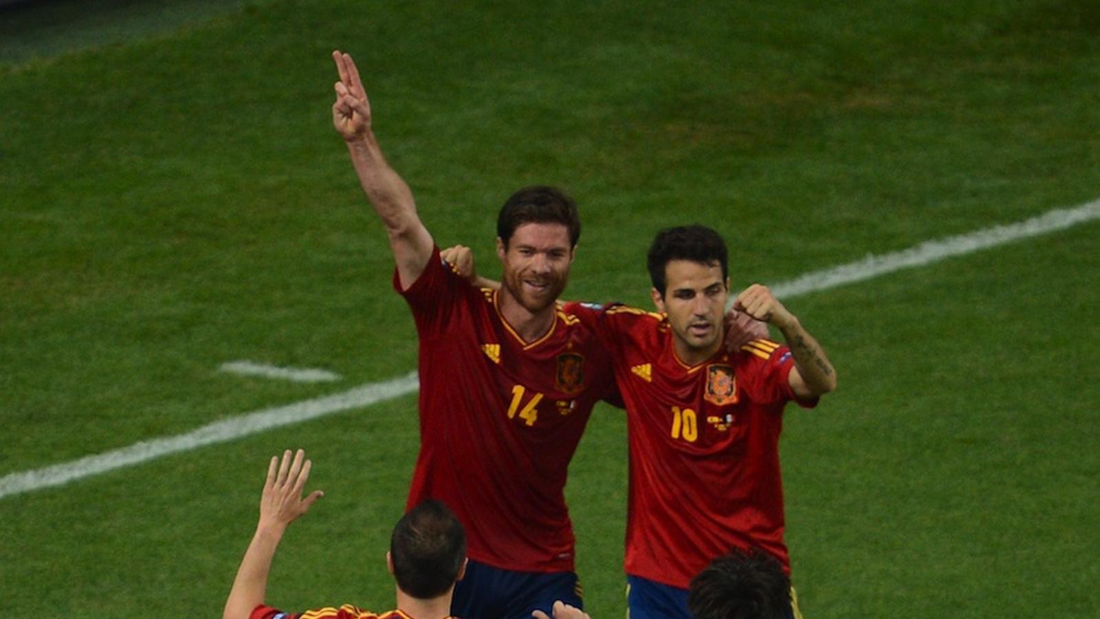 Xabi Alonso, Cesc Fàbregas, Andrés Iniesta i David Silva celebren un gol contra França