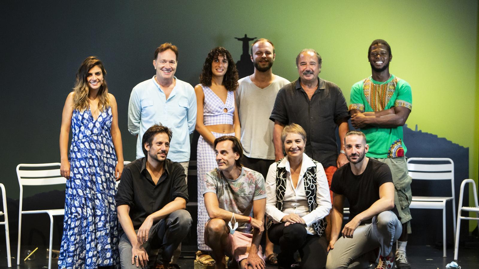 Foto de família dels actors de l'obra de teatre musical La Cancion de Ipanema