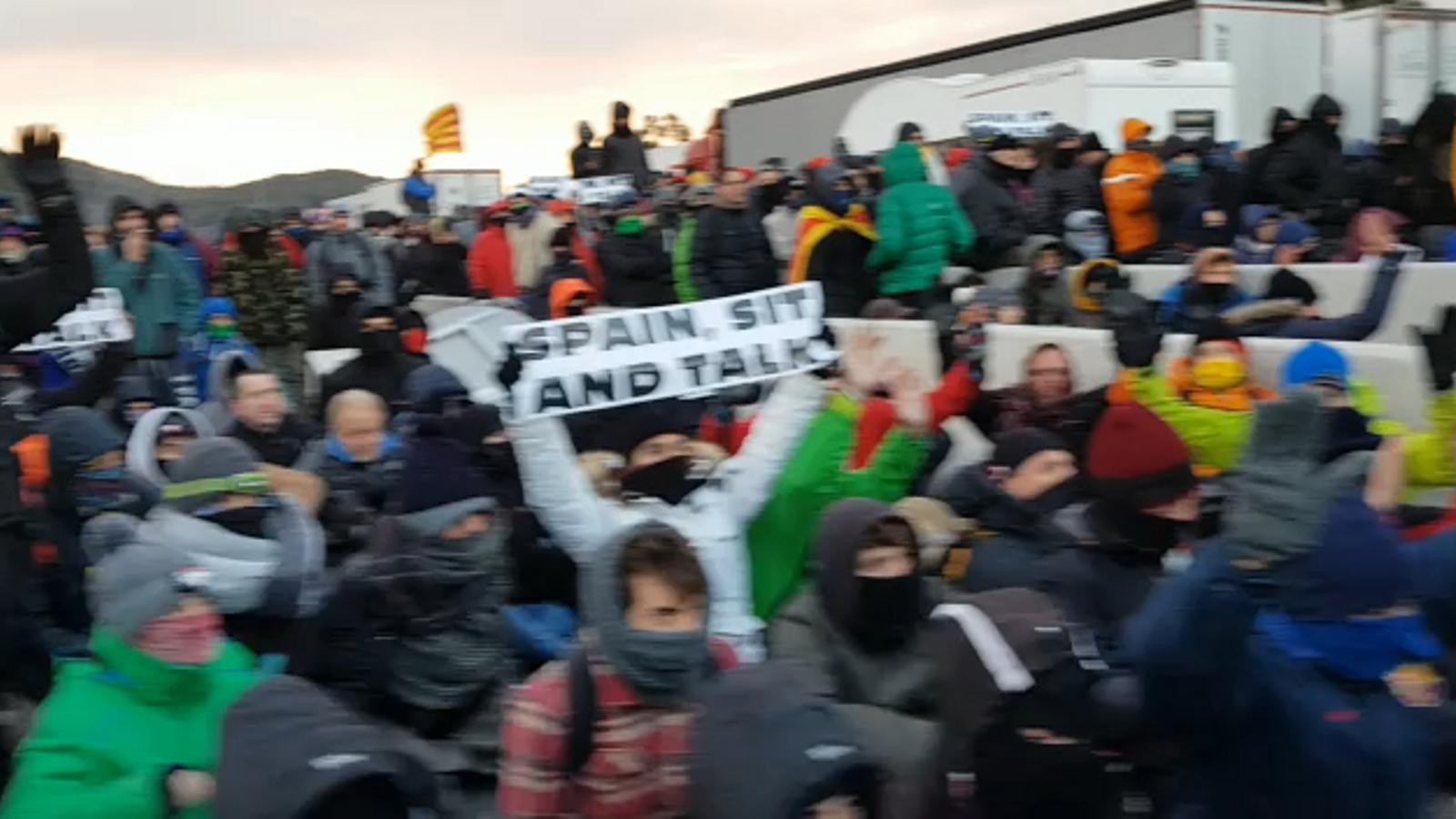 La policia francesa comença a desallotjar els manifestants a la Jonquera