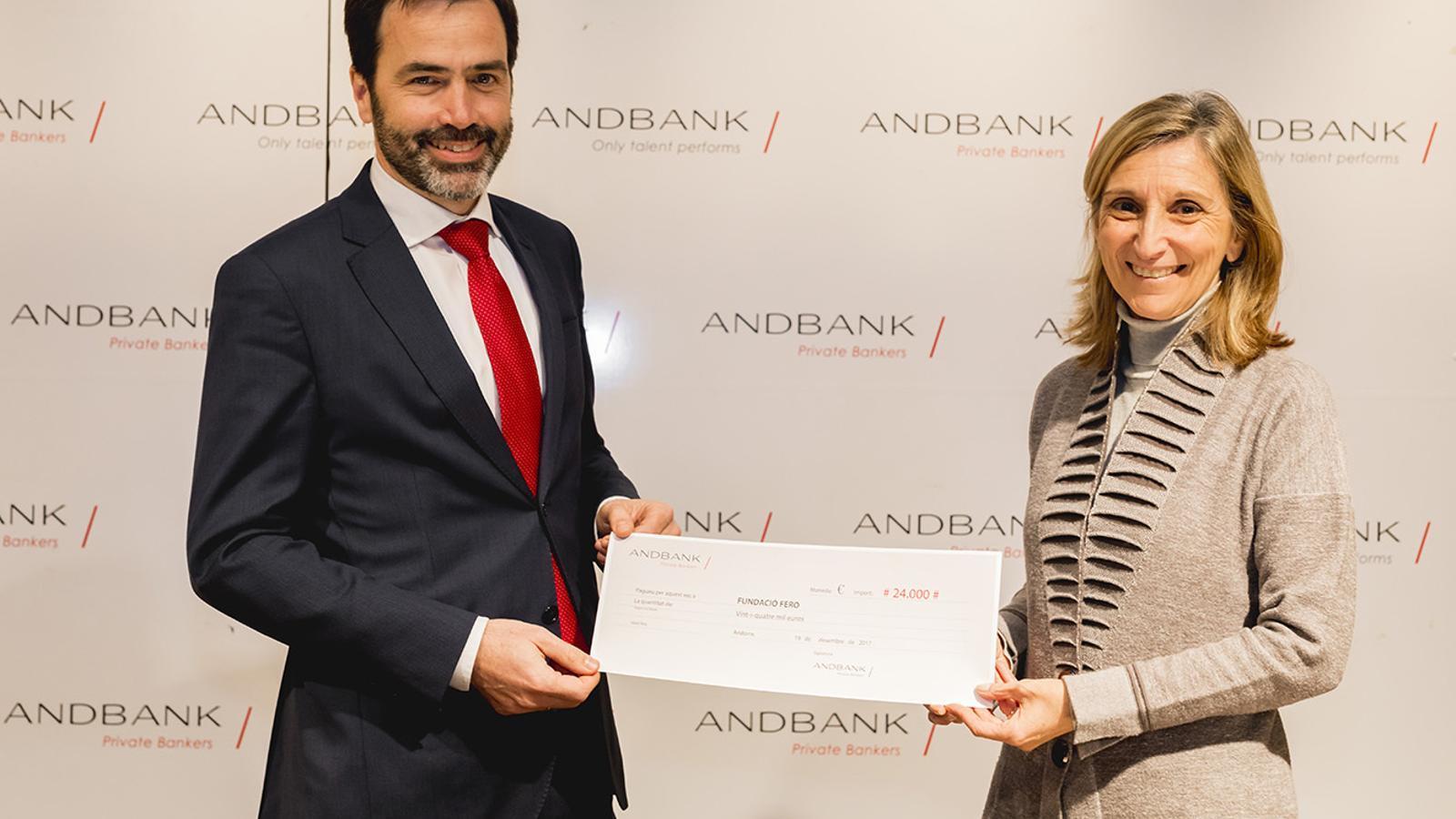 Pedro Pueyo, Head of Global Operations de la gestora d'Andbank, Andbank Asset Management i Piru Cantarell, directora de la Fundació FERO, durant l'acte de lliurament del xec. / Andbank