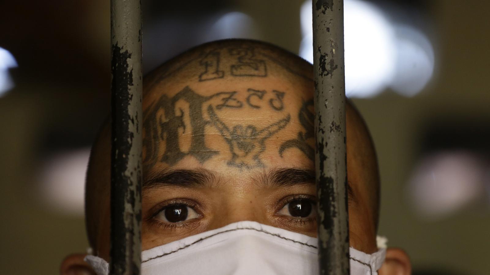 Un membre de la mara Salvatrucha al centre penitenciari d'Izalco, al Salvador
