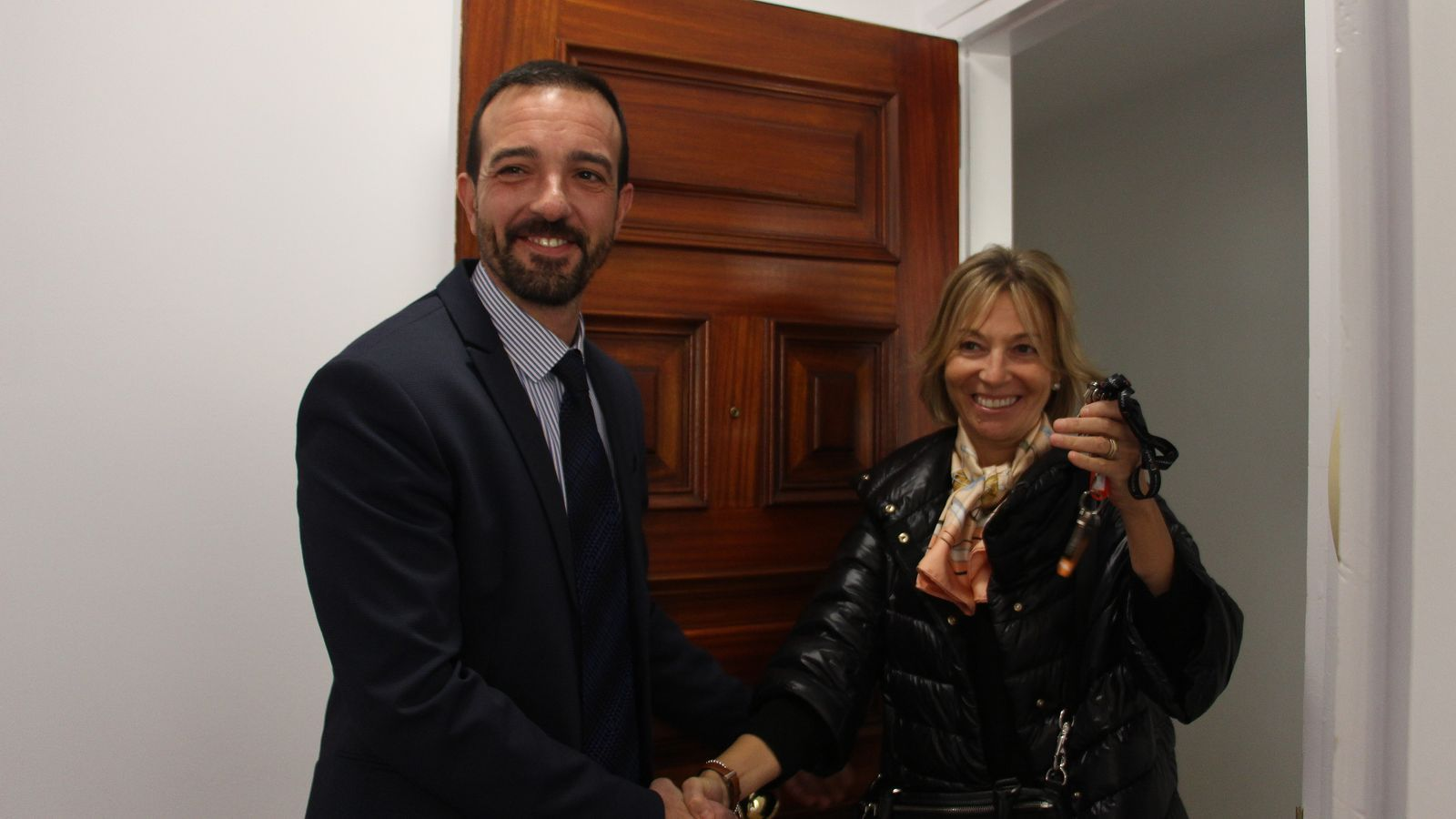 El ministre d'Ordenament Territorial, Jordi Torres, lliura les claus del pis a la secretària d'Estat d'Afers Socials i Ocupació, Ester Fenoll. / M. F. (ANA)