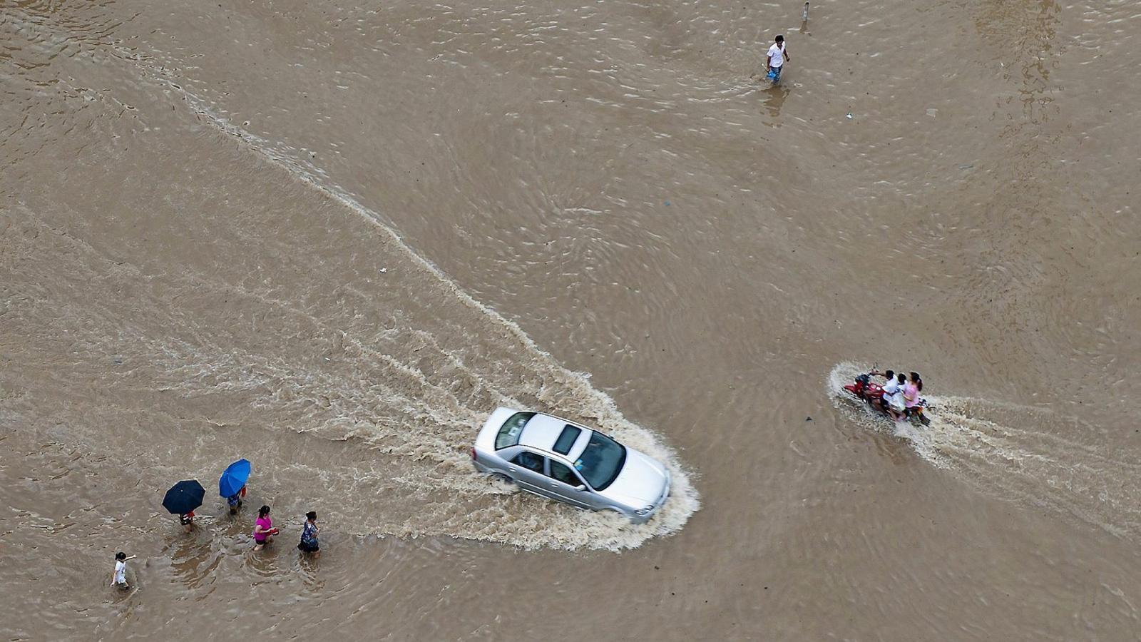El tifó Soudelor, que ha afectat aquest any l'est de la Xina, ha deixat estampes com aquesta.