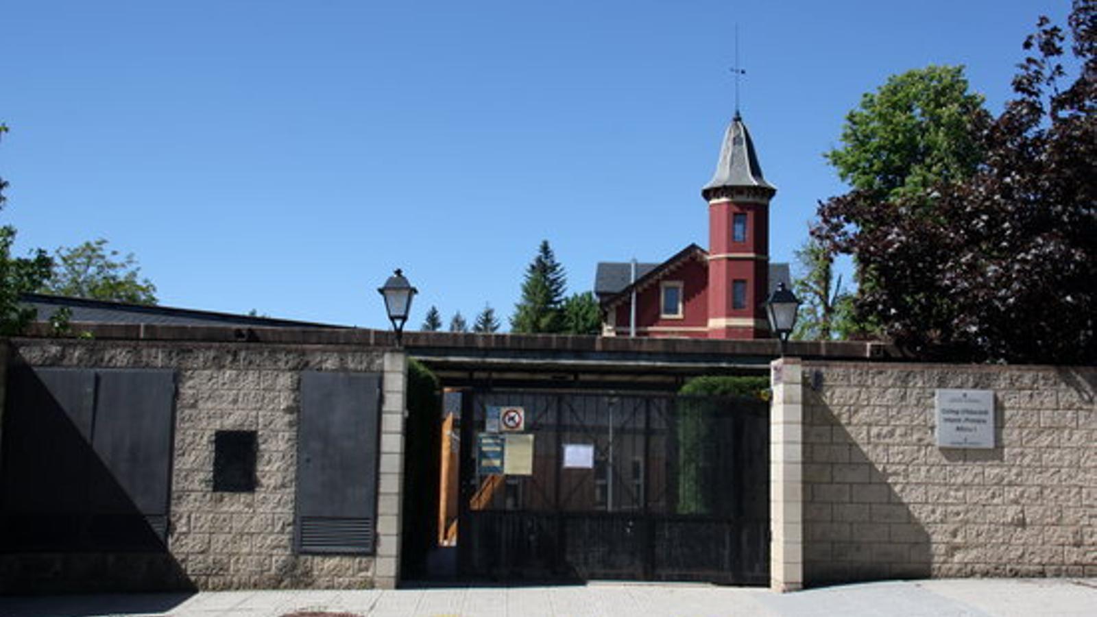 L'entrada de l'escola Alfons I de Puigcerdà. / ACN