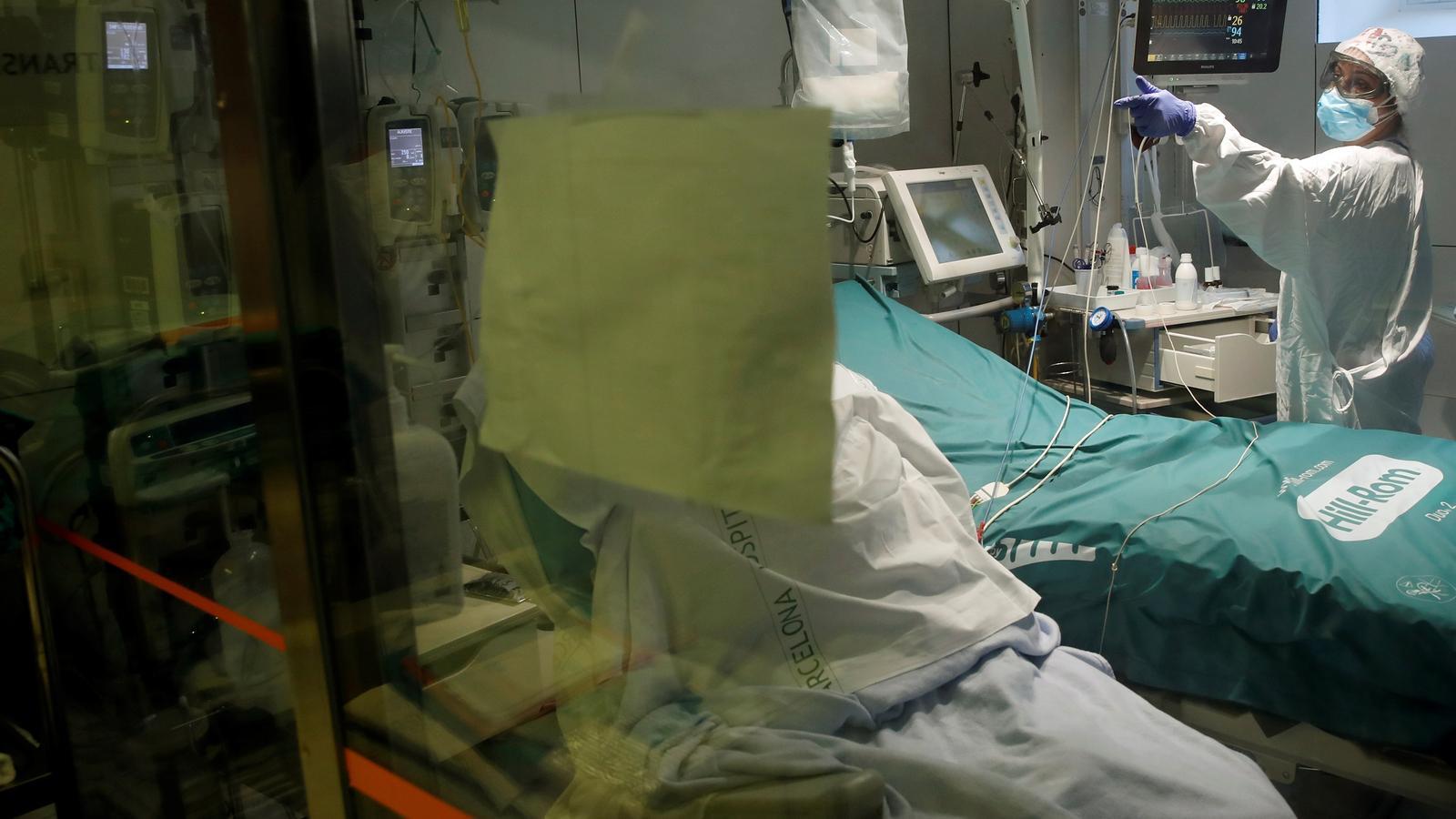 Diversos professionals treballen en una UCI de l'Hospital Clínic de Barcelona, aquest dimarts