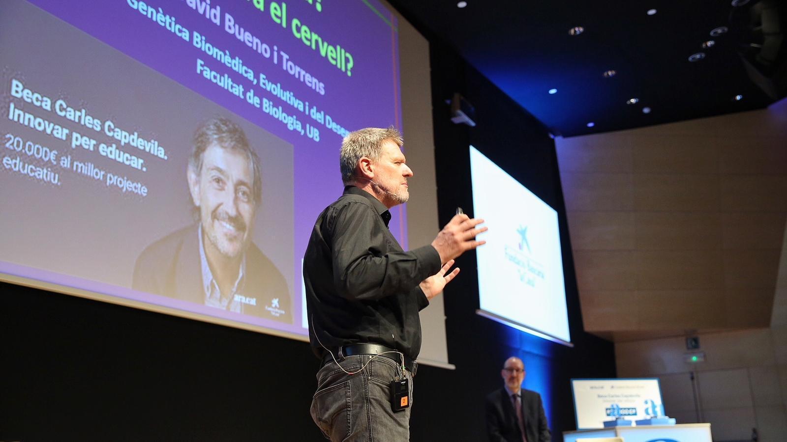 David Bueno, fent la seva conferència a l'auditori del CosmoCaixa durant l'entrega de les beques Carles Capdevila / PERE VIRGILI
