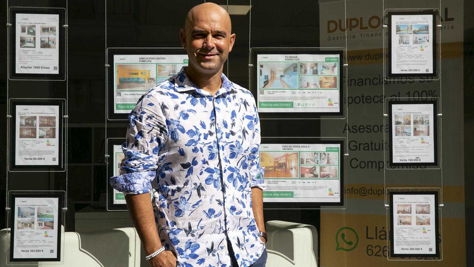 Raúl Santos és autònom i agent immobiliari. Malgrat la crisi, té esperances que a la tardor la situació millori.