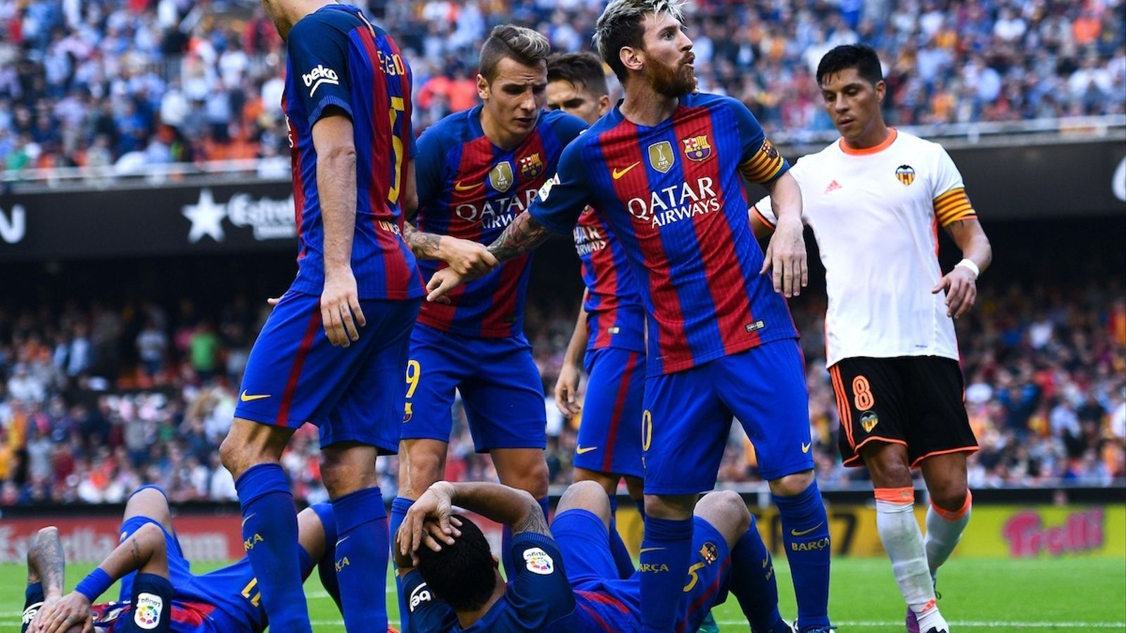 Messi encarant-se al públic després de l'impacte d'una ampolla d'aigua en Neymar