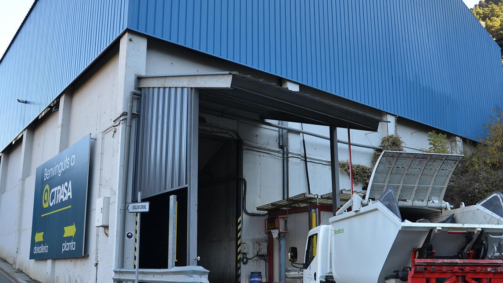 Un camió de deixalles arribant a les instal·lacions del centre de tractament de residus. / ARXIU ANA