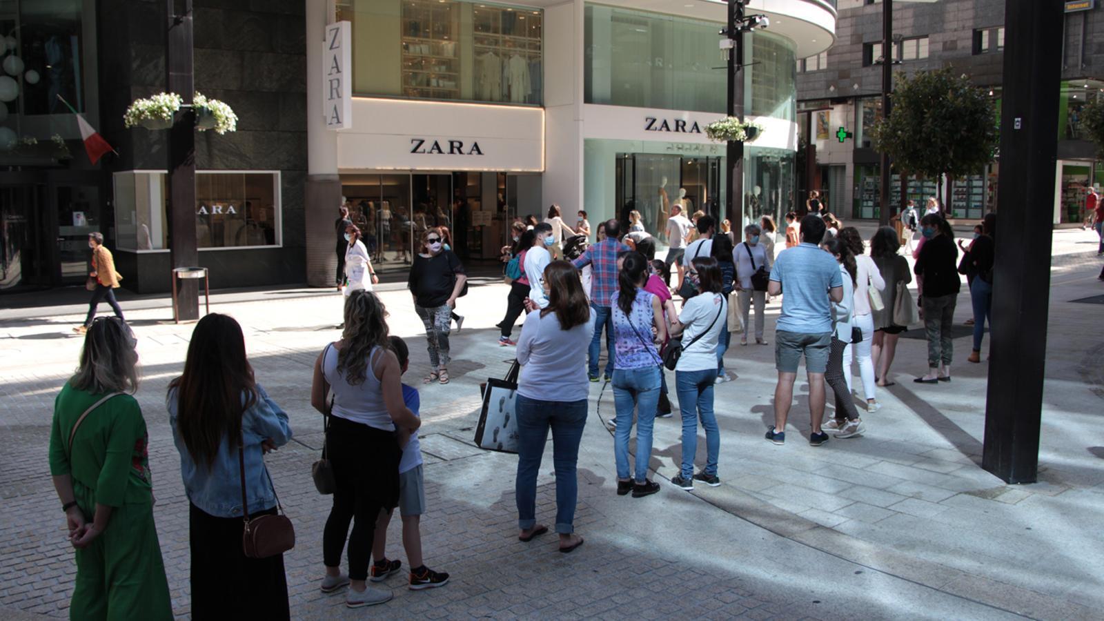 Algunes persones fan cua per entrar a una botiga de roba. / M. P. (ANA)