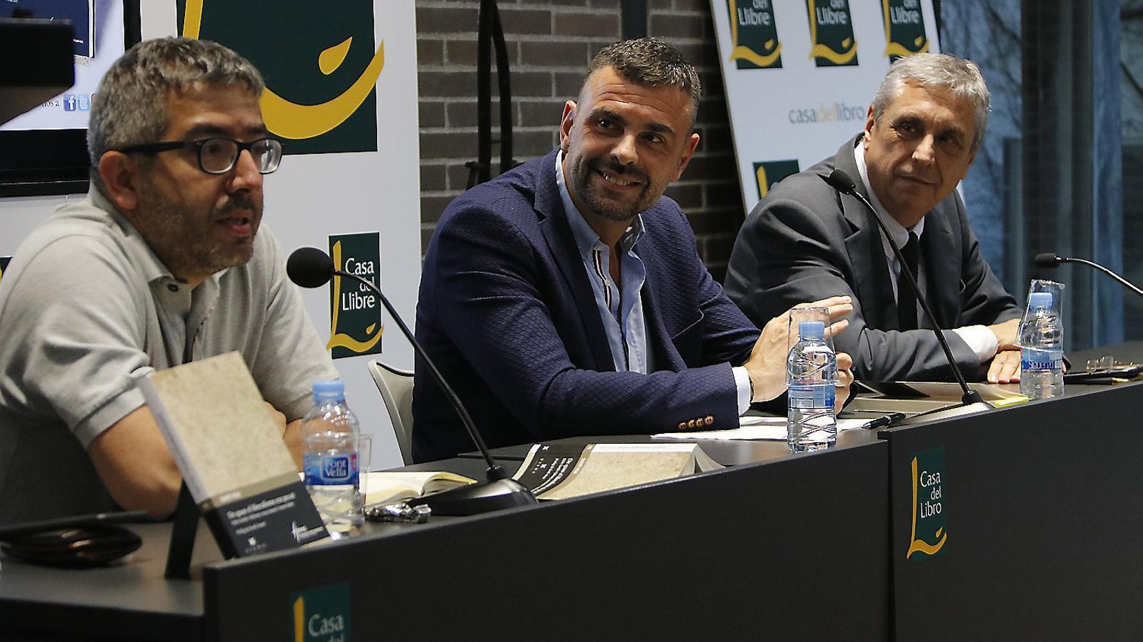 Santi Vila i Josep Maria Carbonell ahir durant la presentació.
