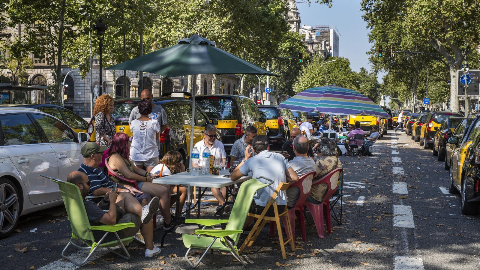 A dalt, una foto de la Gran Via durant la jornada de vaga d'ahir.  A baix, la denúncia  del fotògraf Francesc Melcion contra el taxista que ahir el va agredir.