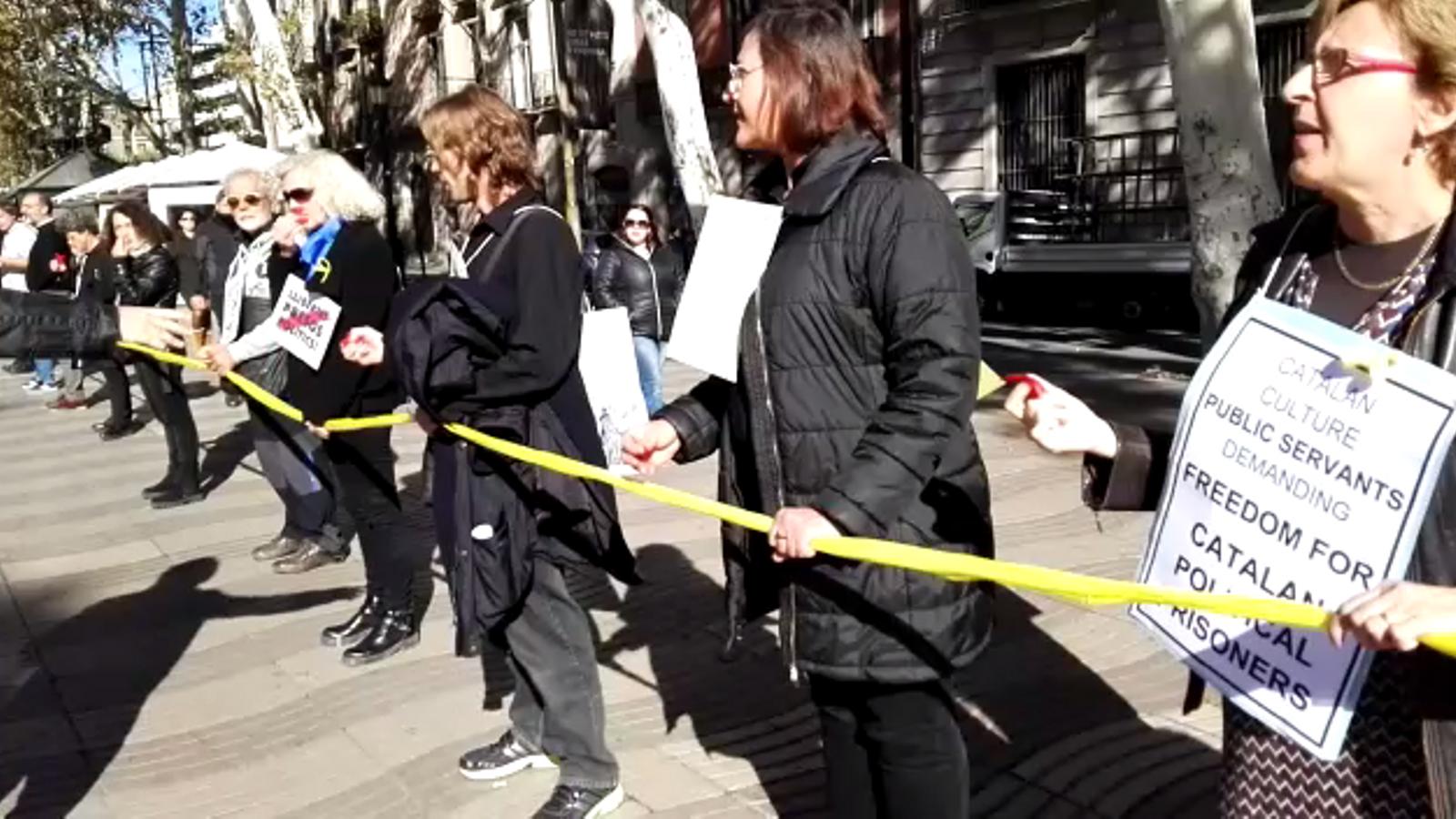 """Els treballadors del departament de Cultura  criden """"llibertat"""" pels presos polítics"""