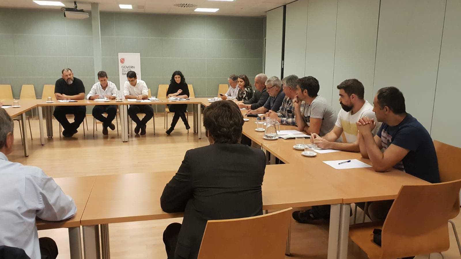 Reunió del Conseller de Treball Iago Negueruela amb els treballadors de la cimentera de Lloseta i els directius de l'empresa Cemex
