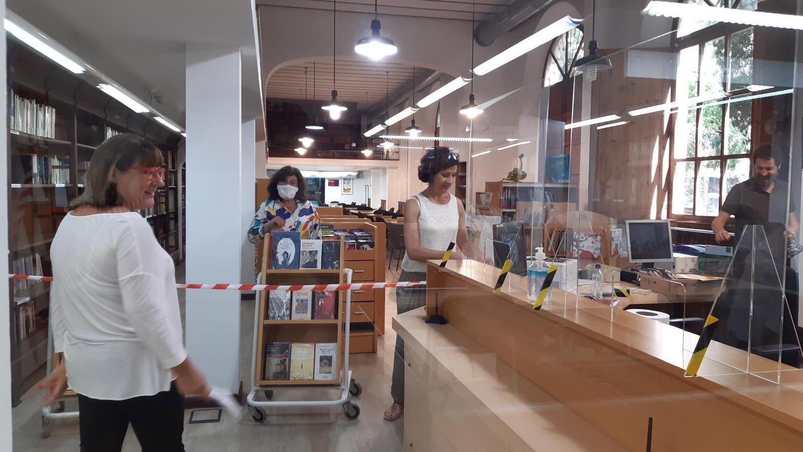 La consellera insular de cultura, Bel Busquets, amb el personal de  la Biblioteca de Cultura Artesana