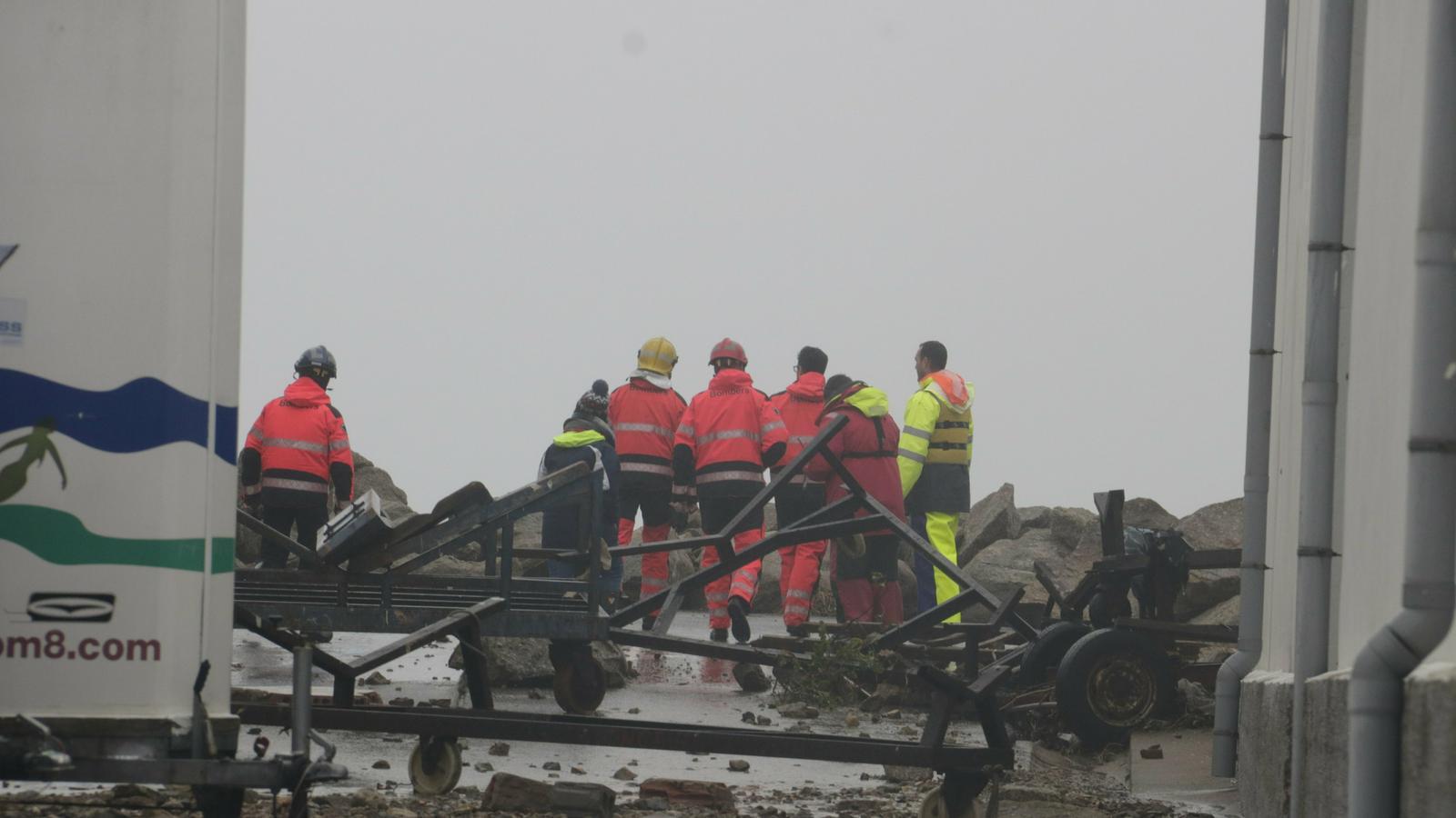 Serveis d'Emergències pentinant la costa de Palamós