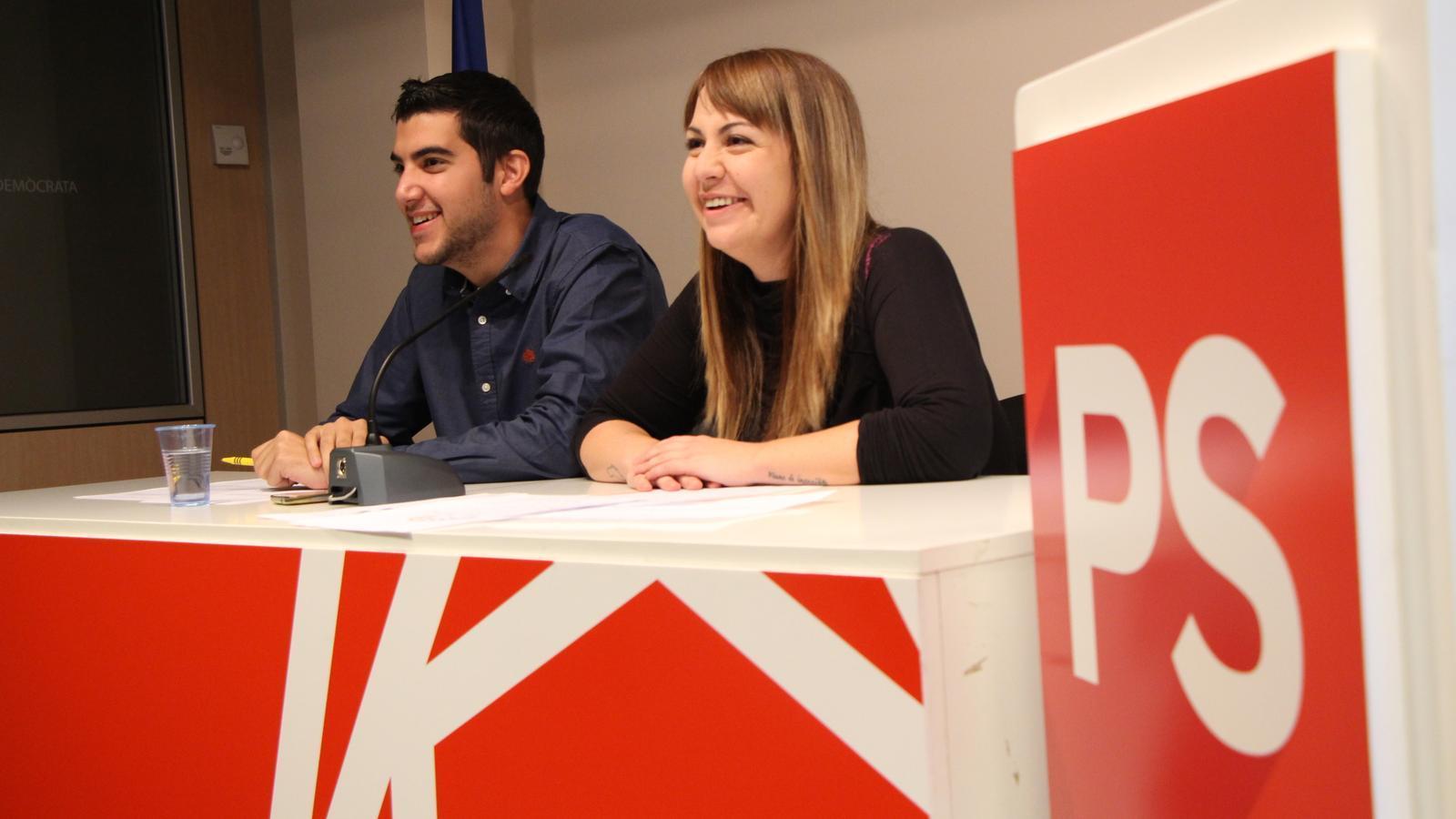 El coordinador de les JSA, Pere Baró, i la tresorera del partit, Cristina Valen, durant la roda de premsa de presentació. / M. M.